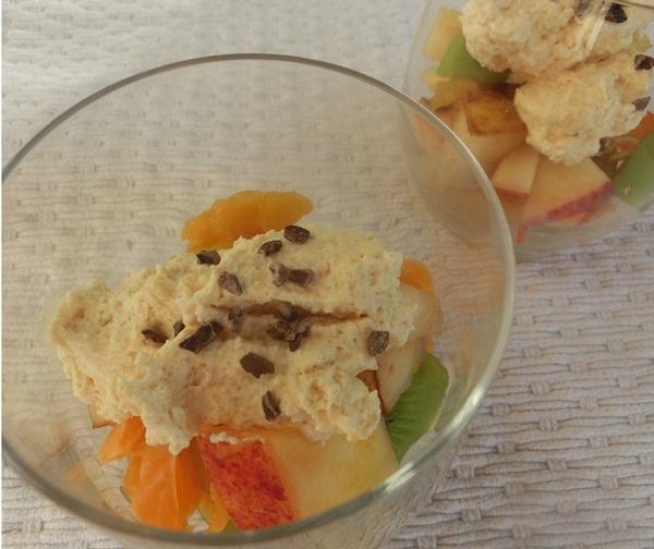 Rezept für Obstsalat mit orangener Sahne