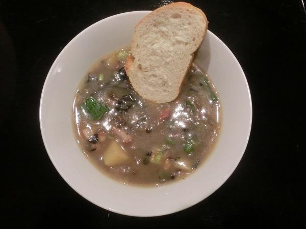 Rezept für Kartoffelsuppe mit getrockneten Pfifferlingen und Herbsttrompeten